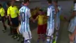 Messi snobba il bambino che vuole stringergli la