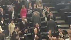 Strasburgo, Nigel Farage e i suoi europarlamentari voltano le spalle al