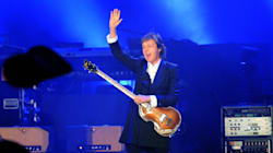 Paul McCartney aide un couple à se fiancer