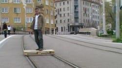 Il surfe sur les rails du tramway