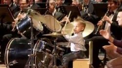 À trois ans seulement, il joue de la batterie avec un orchestre