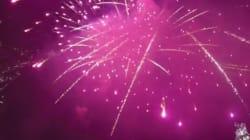 Un feu d'artifice vu depuis un drone dans le ciel de