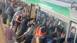 Decenas de australianos empujan un vagón para rescatar a un pasajero atrapado