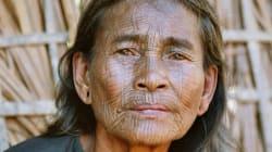 Les visages tatoués des femmes des villages Chin