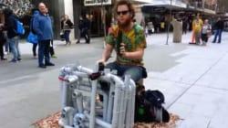 Avec juste des tongs et des tubes en plastique, cet artiste de rue est un