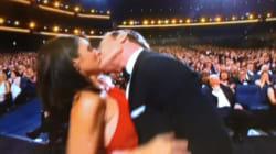 Emmy Awards 2014: Bryan Cranston et Julia-Louis Dreyfus volent la vedette en s'embrassant fougueusement