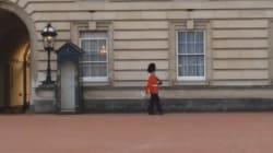 Un garde du palais de Buckingham s'amuse avec des pirouettes