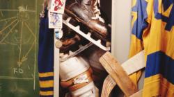 Un entraîneur de hockey filmait le vestiaire de ses joueuses en