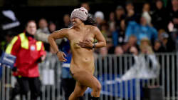 Une femme streaker lors d'un match de rugby: la sécurité ne fait pas de
