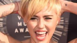 Miley Cyrus ne cache que le bout de ses seins à une fête