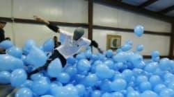 Ils font du skate au milieu de 5000 ballons