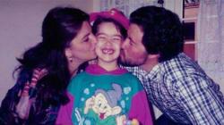Elle prend la même photo avec ses parents depuis 22