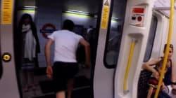 Descendre du métro. Courir dans la rue. Reprendre le MÊME