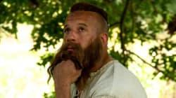 Vous ne devinerez jamais qui se cache derrière cette barbe et ces cheveux