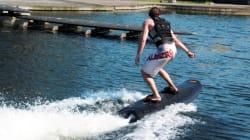 Une planche électrique pour les surfeurs sans