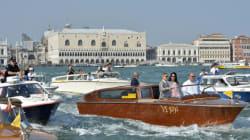 Une armada de petits bateaux pour la première sortie du couple