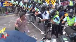 Hong Kong : les images d'un manifestant aspergé au lacrymo font le tour du