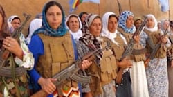 A Kobane donne e bambini imbracciano i fucili per fermare