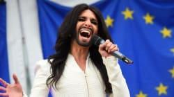 Conchita Wurst chante devant le Parlement