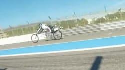 Il devance une Ferrari et dépasse les 330 km/h... à