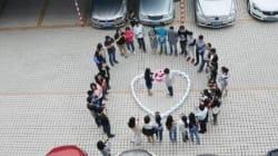Le chiede di sposarlo con 99 iPhone a forma di cuore