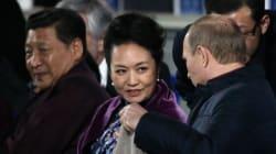 プーチン大統領、習近平夫人に紳士らしい気遣い 映像は中国で検閲対象に(動画)