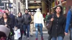 I jeans della modella sono solo disegnati e nessuno se accorge