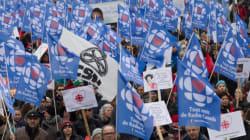 Plusieurs milliers de manifestants marchent pour appuyer la survie de la SRC