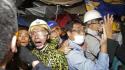 Des manifestants masqués s'attaquent au parlement à Hong Kong