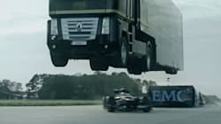 L'incroyable cascade d'un camion qui survole... une Formule