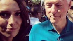 La fan scatta il selfie mentre Bill Clinton guarda il suo