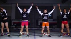 L'équipe norvégienne de curling enfile ses pantalons...sans les mains