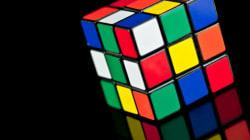 Il complète cinq cubes Rubik... avec une main!