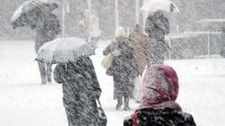 北海道では走っているトラックが横転するほどの猛吹雪 冬将軍襲来で全国的に荒れ模様