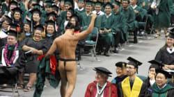 門出の時。一人の卒業生が裸になった。すべては、ネイティブ・ハワイアンの誇りのため(画像)