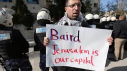 John Baird se fait lancer des oeufs en Cisjordanie