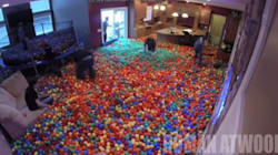 Il transforme son salon en piscine à