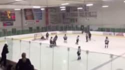 Ce père en colère casse la baie vitrée pendant un match de hockey