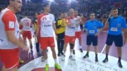Les Polonais applaudissent ironiquement les arbitres après leur défaite face au