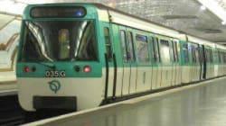 Quand le conducteur du métro à Paris se met à chanter pour faire patienter les