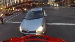 Percuté par une voiture, ce motard retombe directement sur ses