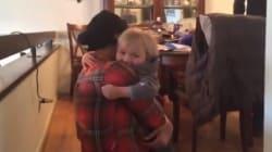 ASSISTA: Filho e mãe se reencontram após ela fazer três semanas de quimioterapia – e é