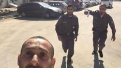 Il selfie di un palestinese rincorso dai soldati israeliani