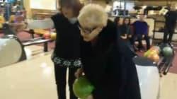Nonna di 84 anni gioca a bowling per la prima volta... è strike!