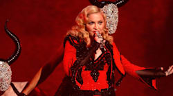 Madonna montre ses fesses sur le tapis rouge des Grammy