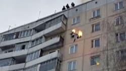 Un cascadeur saute en feu du toit d'un