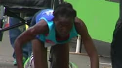 Épuisée, elle termine son marathon à genoux