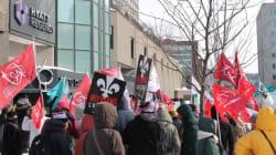 Des enseignants manifestent à la conférence d'Yves