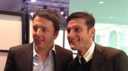 Renzi riceve la maglietta dell'Inter personalizzata da Javier