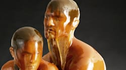 Il fait poser ses modèles recouverts de miel (et le résultat est
